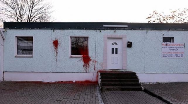 Almanyada camiye boyalı saldırı