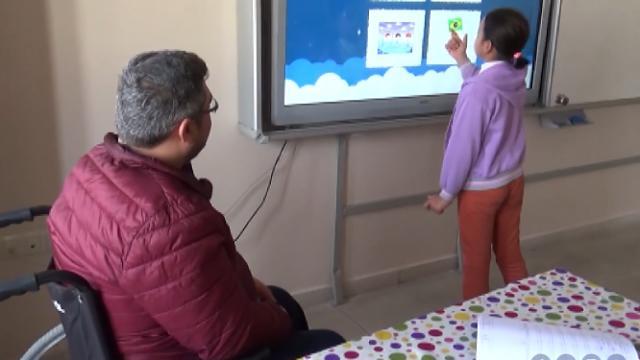 Engelli öğretmen azmiyle öğrencilerine ışık saçıyor