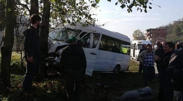 Rizede otomobil ile minibüs çarpıştı: 15 yaralı