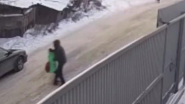 Rusya'da 9 yaşındaki bir kız çocuğunun kaçırılma anı kameralara yansıdı