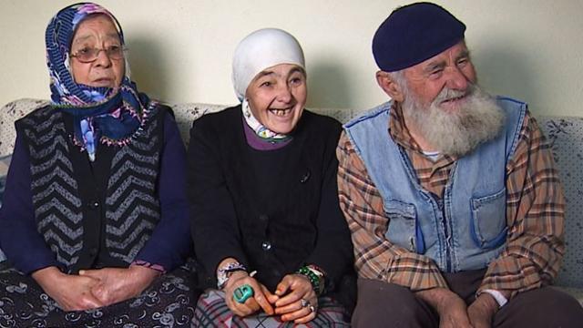 Fedakar aile yaşamını kızlarına adadı