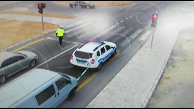 Polis, yolda kalan aracı çekerek sanayiye getirdi