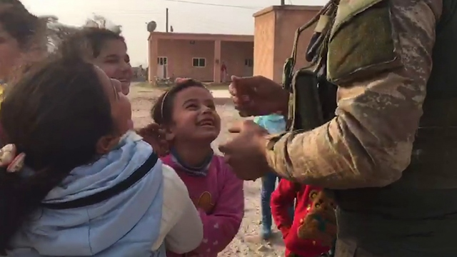 Mehmetçik harekat bölgesinde sevgi aşılamaya devam ediyor