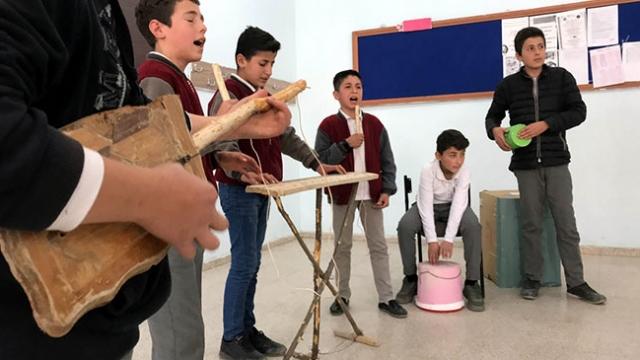 Tahta ve kovadan yaptıkları enstrümanlarla konser veriyorlar