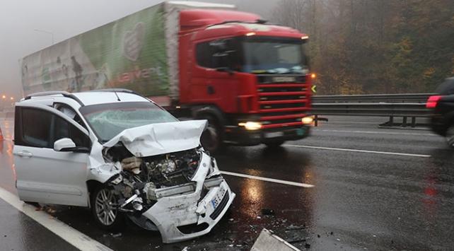 Anadolu Otoyolunda hafif ticari araç ile tır çarpıştı: 4 yaralı