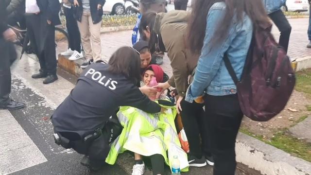 Polis, yerde yatan yaralıyı montuyla ısıttı