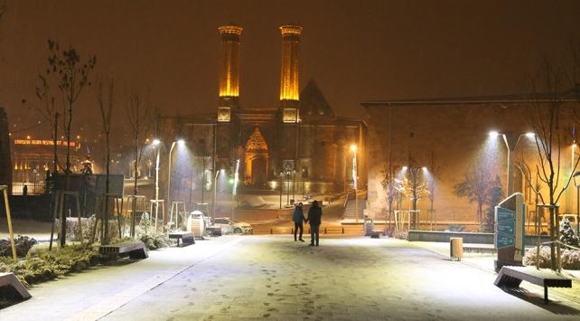 Erzurum ve Karsta kar yağışı kentleri beyaza bürüdü