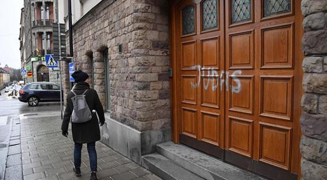 İsveçli futbolcunun evinin kapısına ırkçı yazı yazıldı