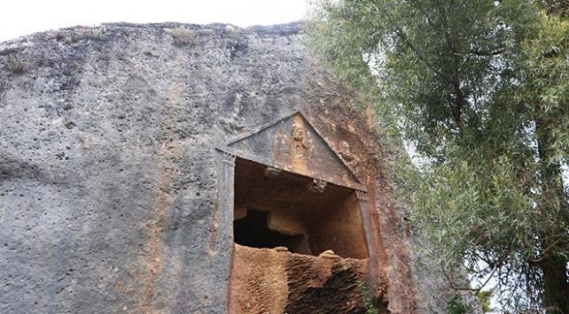 Göktepenin Medusa figürlü kaya mezarları