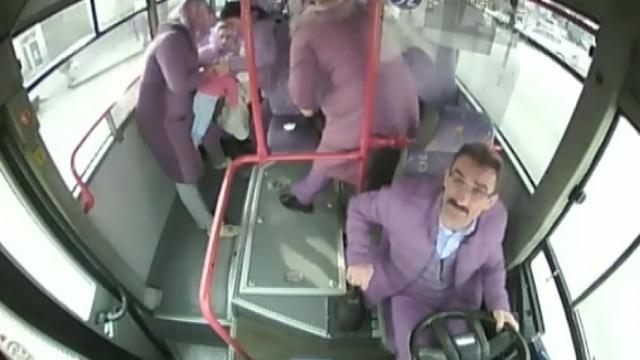 Erzincan'da halk otobüsü şoförü nefes alamayan bebeği hastaneye ulaştırdı