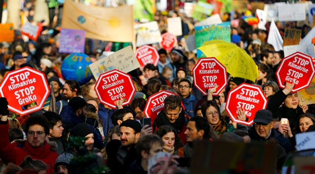 """Kölnde göstericiler """"küresel iklim grevi"""" için toplandı"""