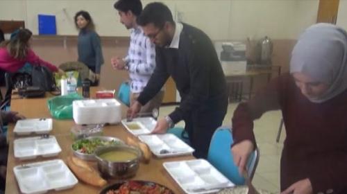 Öğretmenlerin yemeğini okul müdürü yapıyor