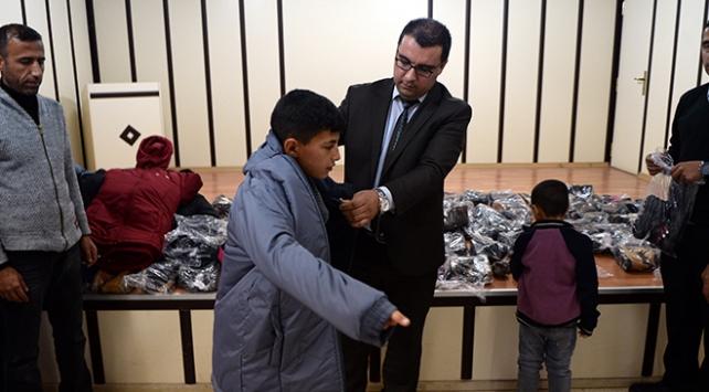 Mehmetçik köy okullarındaki çocuklara mont ve bot yardımı yaptı