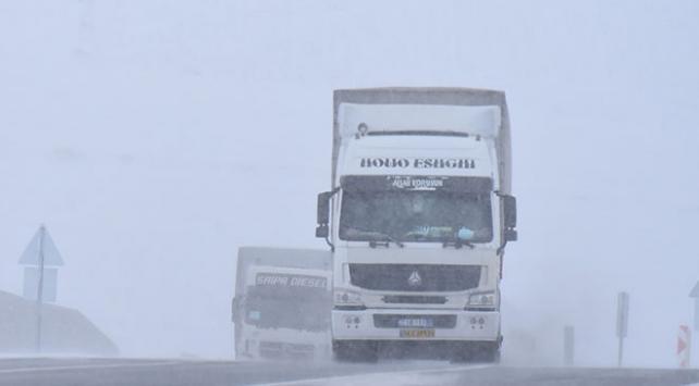 Kars ile Ardahanda etkili olan kar ve tipi sürücülere zor anlar yaşattı