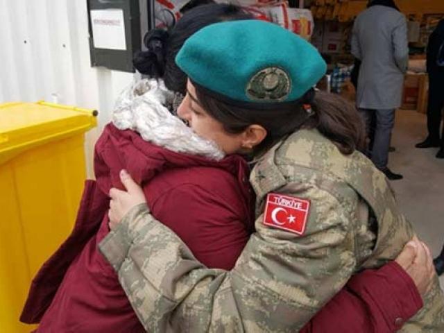 Arnavut depremzede Türk askerine sarılıp ağladı: Allah Türk askerinden razı olsun