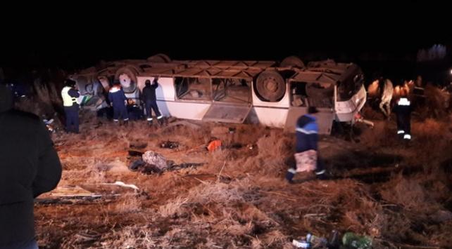 Kazakistanda yolcu otobüsü devrildi: 8 ölü, 28 yaralı