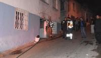Alevlerin arasına maskesiz dalan itfaiyeci yangında kalan kadını kurtardı