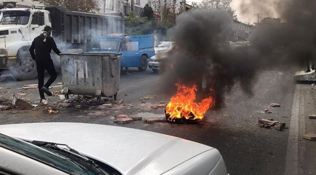 İran devlet televizyonu silahlı bazı göstericilerin öldürüldüğünü teyit etti