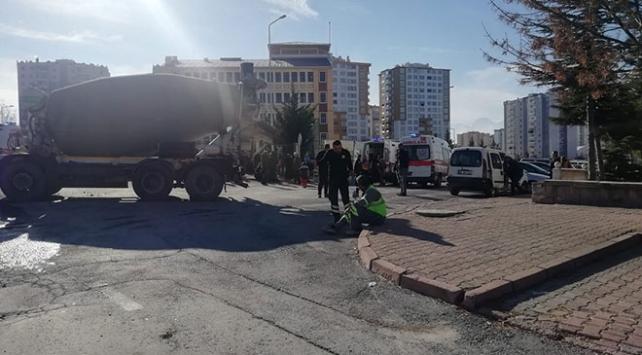 Kayseride beton mikseri halk otobüsüne çarptı: 16 yaralı