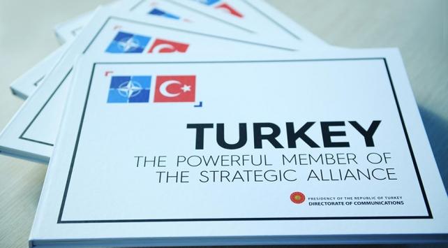 """Cumhurbaşkanı Erdoğandan liderlere """"Stratejik İttifakın Güçlü Üyesi Türkiye"""" kitabı"""