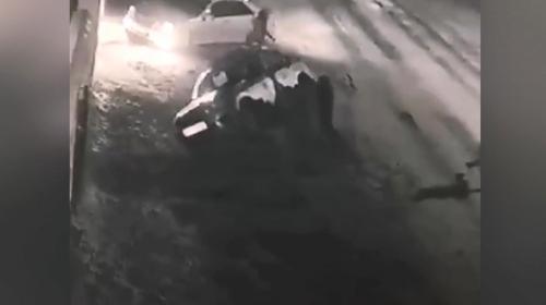 Rusya'da alkollü grup polis aracını devirdi
