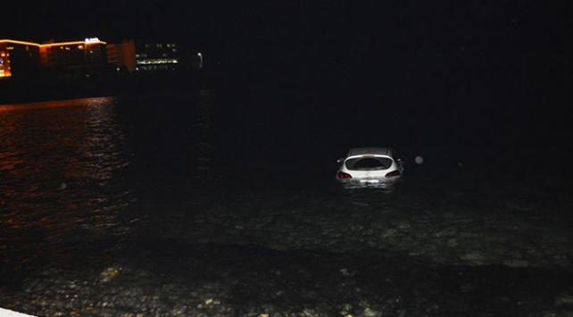 Denize düşen otomobilin sürücüsü hafif yaralandı