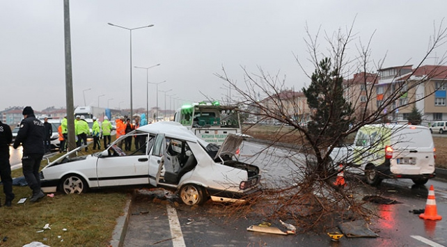 Kütahyada otomobil refüjdeki ağaca ve direğe çarptı: 2 ölü, 3 yaralı