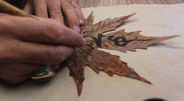 Sonbahar yaprakları hat çalışması ile sanat eserine dönüşüyor