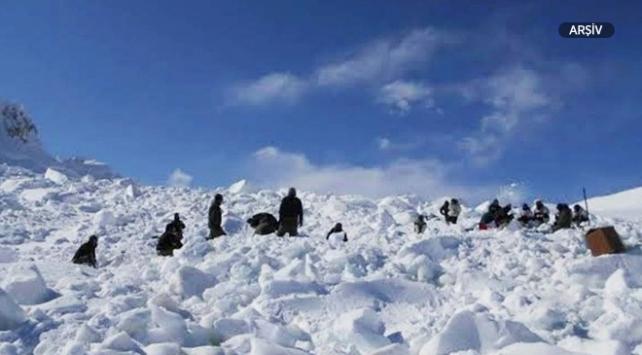Cammu Keşmirde çığ altında kalan 4 asker öldü