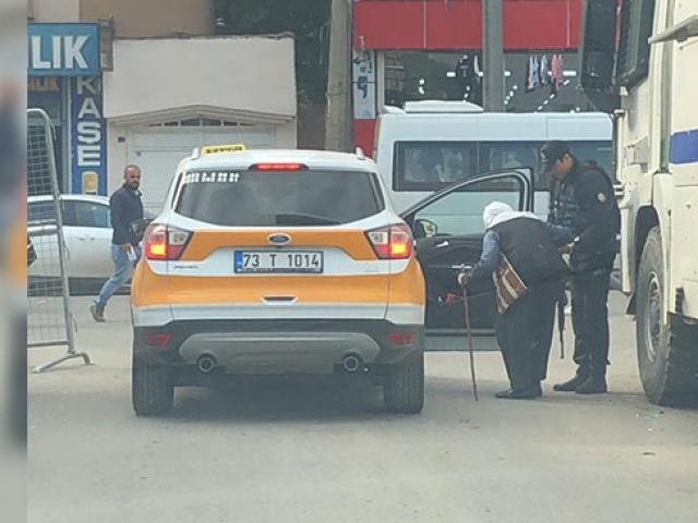 Yürümekte zorlanan kadının yardımına polis yetişti