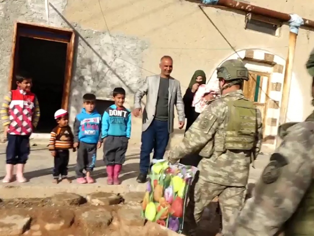 Mehmetçikten küçük Pınara ziyaret