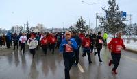 Erzurumlu yaşlılar, kar altında engelliler için koştu