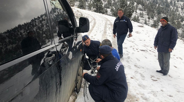 Antalyada araçları kara saplanan 3 kişinin imdadına jandarma yetişti