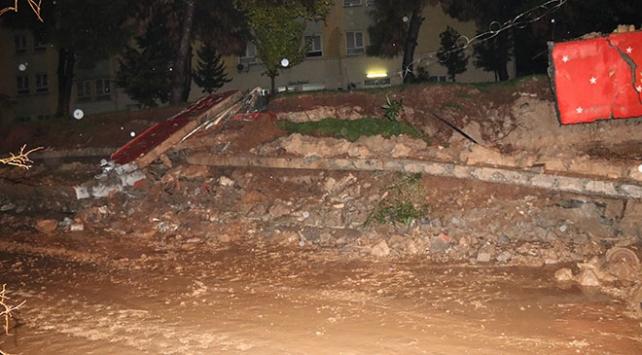 Şanlıurfada yağış nedeniyle okulun istinat duvarı çöktü