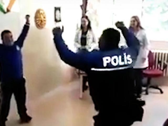 Down sendromlu Kadir polisle zeybek oynadı