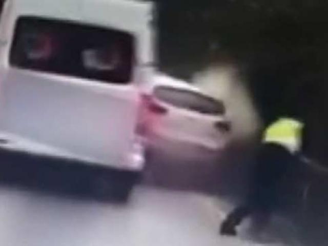 Çin'de bir polisin üzerine savrulan araçtan kendisini kurtarma anı kamerada