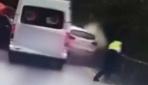 Çinde bir polisin üzerine savrulan araçtan kendisini kurtarma anı kamerada