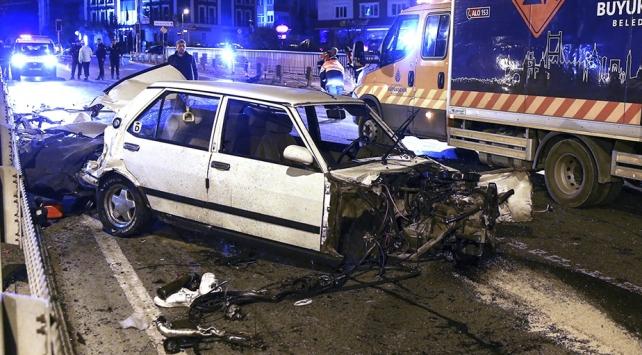 İstanbulda otomobil bariyerlere çarptı: 1i ağır 2 yaralı