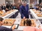 Karpov, Mersin'de 10 çocukla aynı anda satranç oynadı