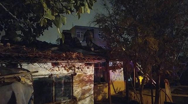 Başakşehirde evde çıkan yangında mahsur kalanlar kurtarıldı