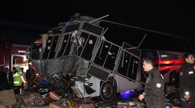 Düzcede yolcu otobüsü ile tır çarpıştı: 2 ölü, 35 yaralı