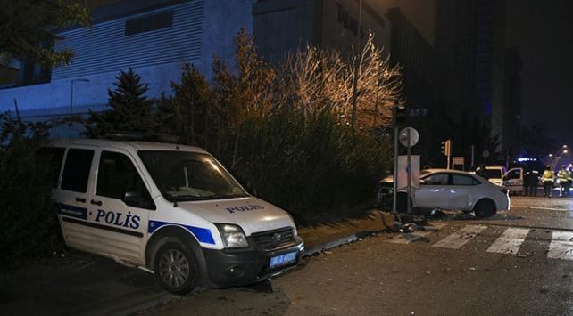 Başkentte bir otomobil polis aracına çarptı: 2si polis 3 yaralı