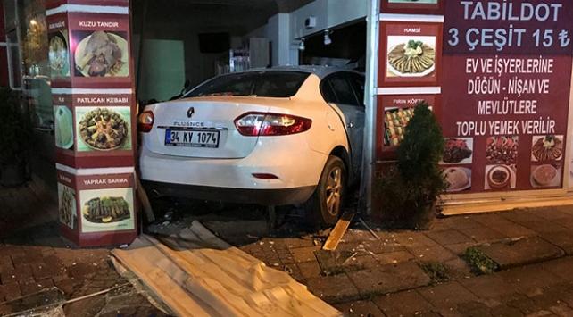 İstanbulda otomobil lokantaya girdi