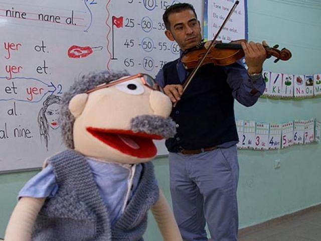 Mahir öğretmen dersleri kukla Bakkal Amca ile işliyor