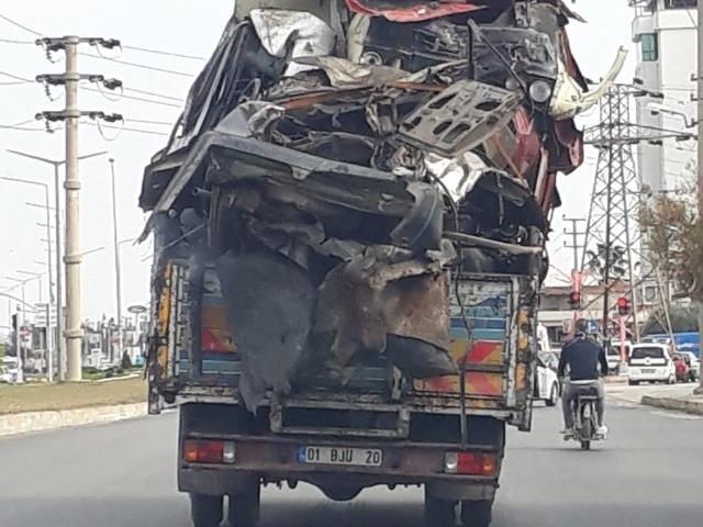 Hurda araç taşıyan kamyon trafikte tehlike saçtı