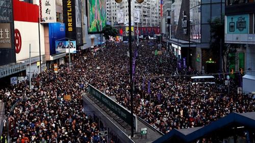 Hong Kong'da demokrasi talebiyle düzenlenen yürüyüşe binlerce kişi katıldı