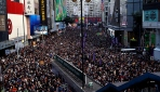 Hong Kongda demokrasi talebiyle düzenlenen yürüyüşe binlerce kişi katıldı