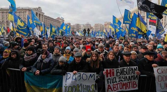 Ukraynada düzenlenen protestolarda Zelenskiye kırmızı çizgi hatırlatması