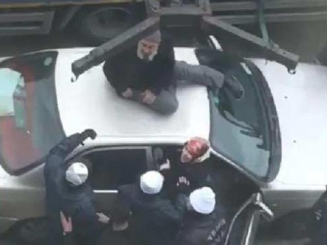 Aracının çekilmesini engellemek için üzerine çıktı