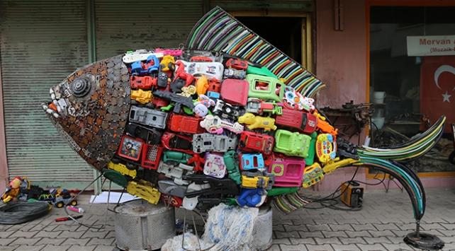 Sahilden topladığı 2 bin plastik atıkla balık heykeli yaptı